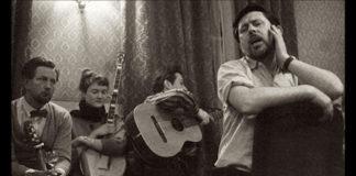 Ewan MacCol con il London Critics Group